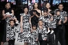 Ninh Dương Lan Ngọc rạng rỡ catwalk cùng 7 con nuôi Đỗ Mạnh Cường