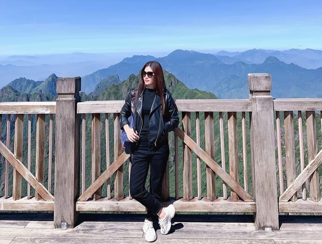 Hồ Ngọc Hà cầm tay hạnh phúc bên Kim Lý