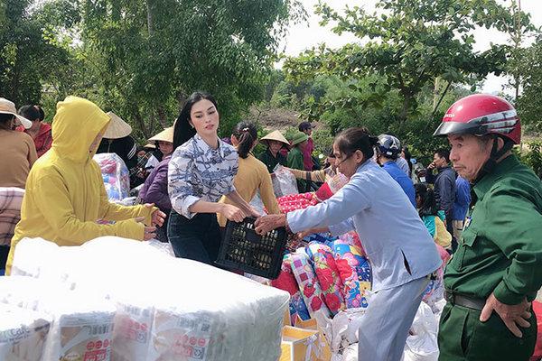 MC Kim Huyền Sâm trao quà cho bà con vùng lũ Hà Tĩnh