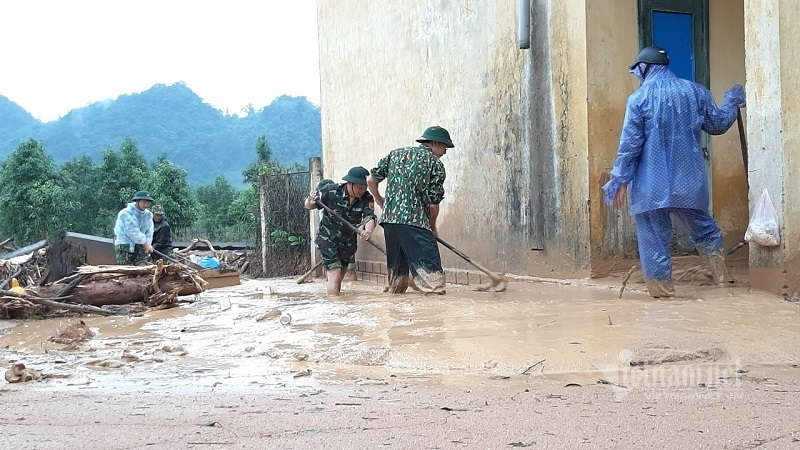 Bùn ngập nửa mét, gần 5.000 học sinh Quảng Trị chưa thể đi học