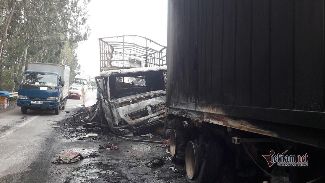 Tông trực diện trên quốc lộ 1A, 2 ô tô bốc cháy ngùn ngụt