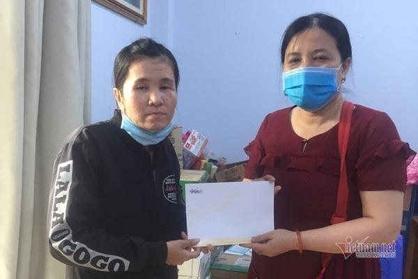 Trao hơn 74 triệu đồng cho mẹ con bé Dương Khang
