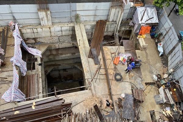 Nhà phố có 4 tầng hầm nằm trên mặt đường, quận báo cáo cấp phép trong ngõ