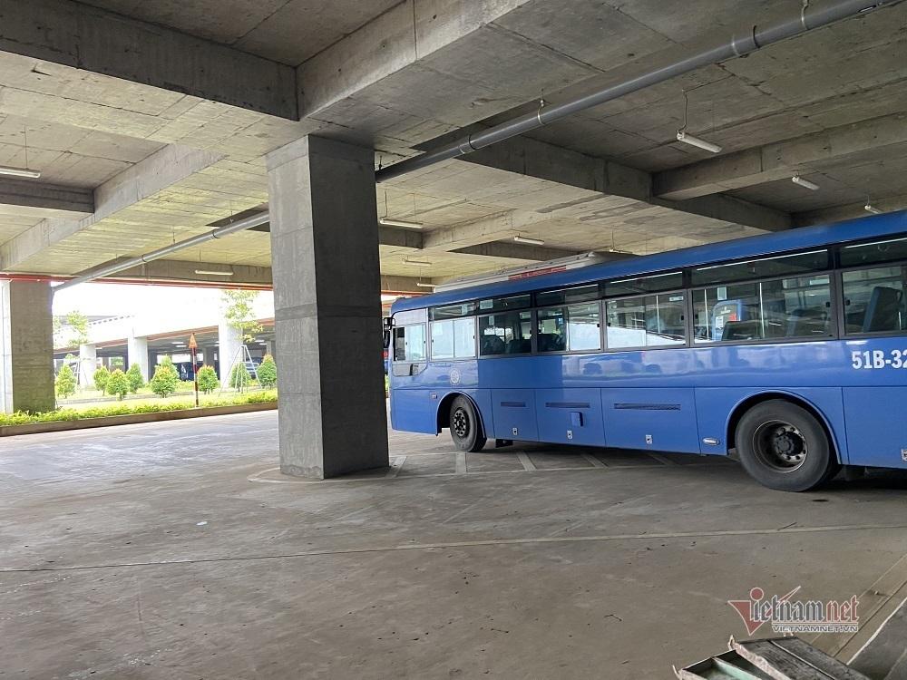 Bến xe miền Đông hiện đại như sân bay vắng hoe sau ngày khai trương