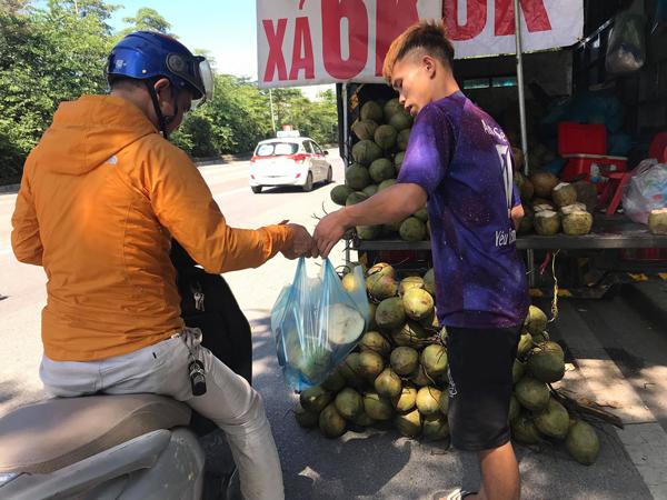 Hà Nội: Dừa xiêm bán 'giá rẻ như cho', người bán tiết lộ nguyên nhân