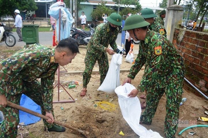 Bộ đội, công an giúp dân chằng chống nhà cửa phòng bão số 9