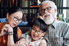 Ông xã kín tiếng 40 năm chở vợ đi diễn bằng xe máy của NSND Kim Xuân