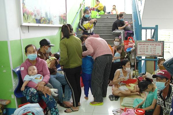 Kê thêm giường bệnh ở hành lang vì trẻ mắc hô hấp tăng kỷ lục