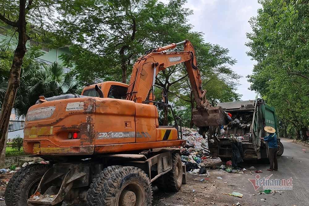 Rác vẫn chất đống kéo dài trăm mét giữa nội thành Hà Nội