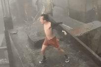 """CLIP: Người đàn ông phanh áo, đứng gào thét """"biểu diễn"""" trong gió bão số 9"""