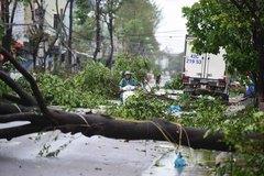Người dân Quảng Ngãi thu dọn những đổ nát sau khi bão số 9 đi qua