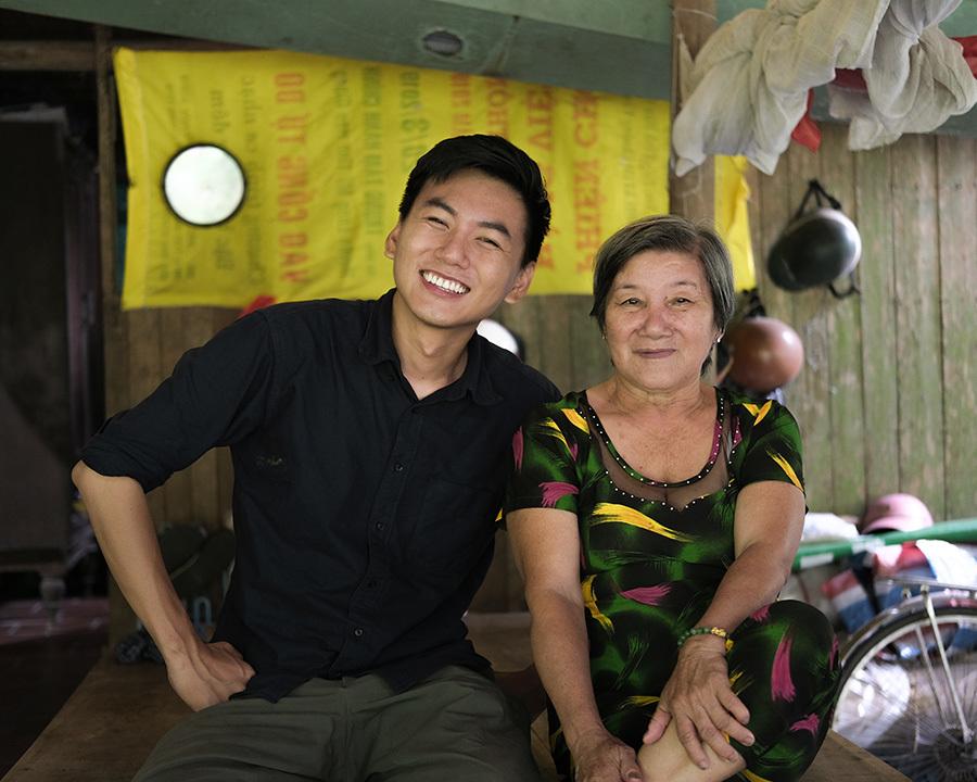 Vlogger 9X miền Tây quyên tiền tỷ cho miền Trung
