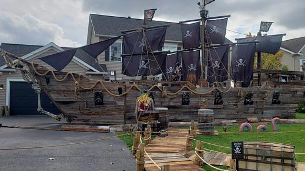 Ngắm tàu cướp biển chủ đề Halloween được ông bố yêu con dựng trước nhà