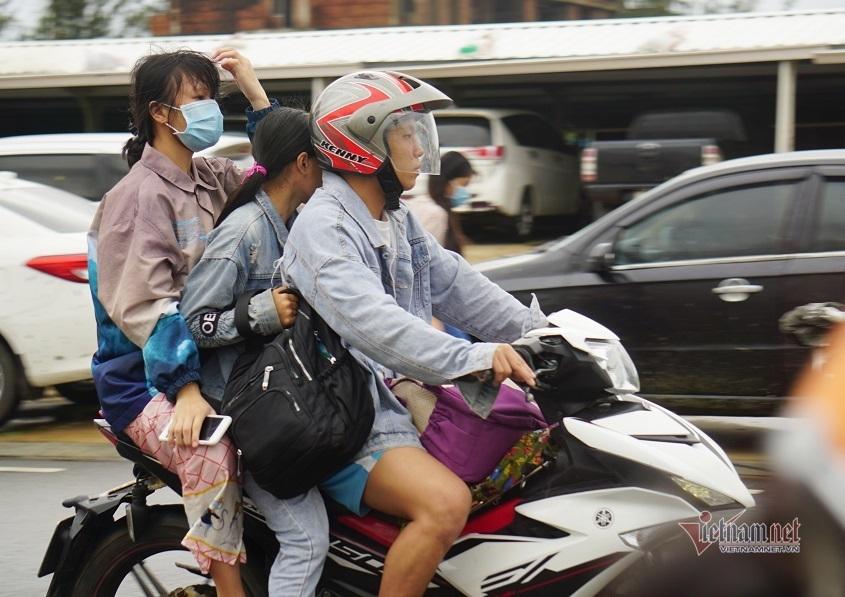 Bão số 9 tan, dân vùng biển Quảng Ngãi rời khu tránh trú về nhà
