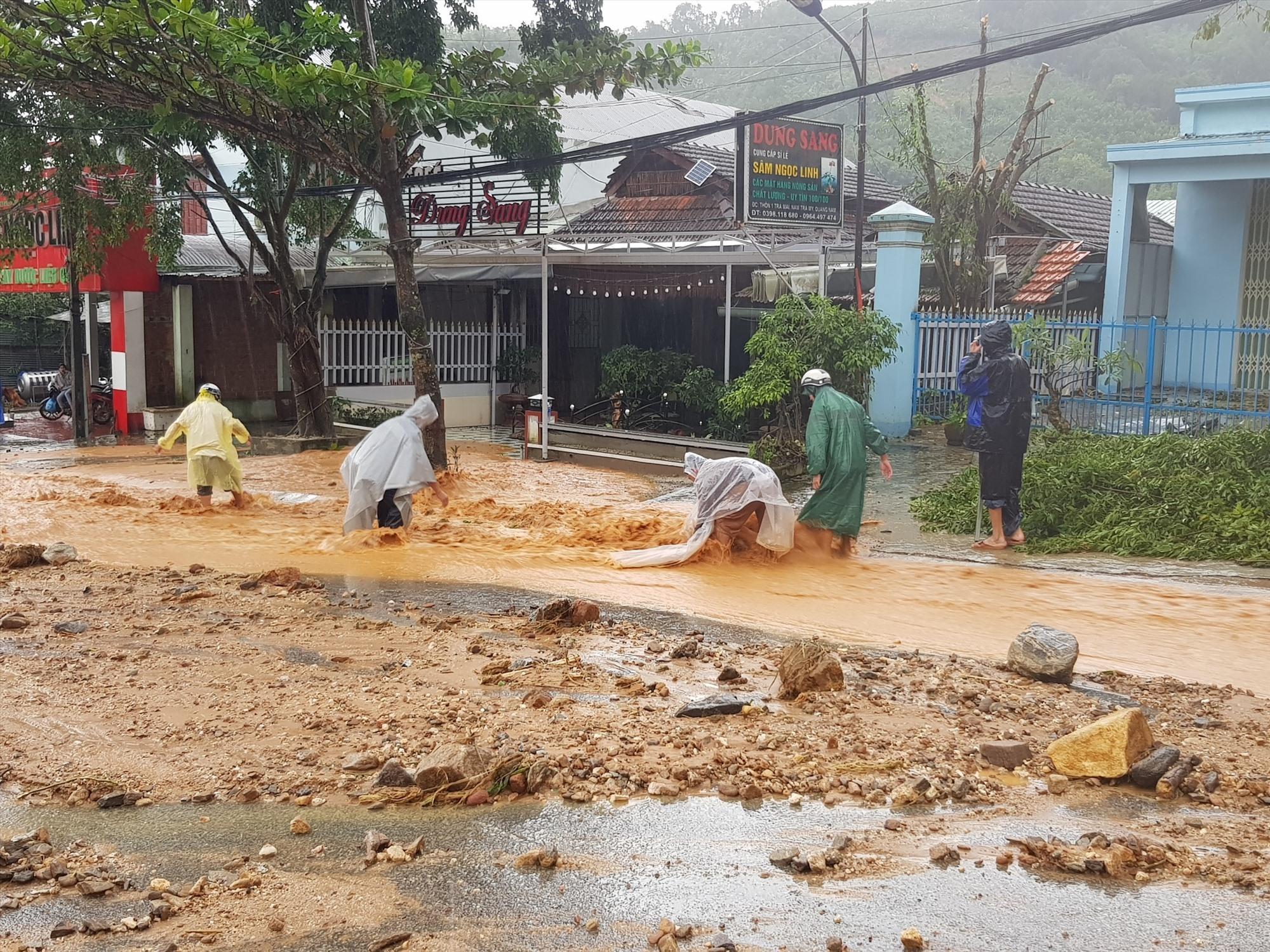 Sạt lở đất ở Quảng Nam, nhiều người bị vùi lấp