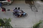 Bắt 2 kẻ giật túi xách khiến người phụ nữ đập đầu xuống đường