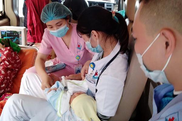 Bác sĩ nín thở mò đường xuyên đêm cứu bé sơ sinh nguy kịch
