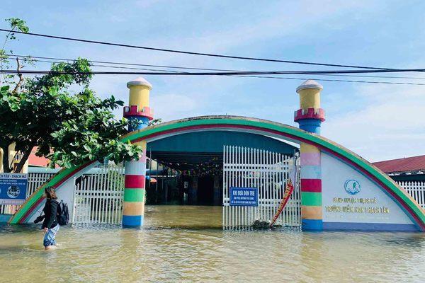 Gần một nửa trường học ở Hà Tĩnh nghỉ học do mưa lũ