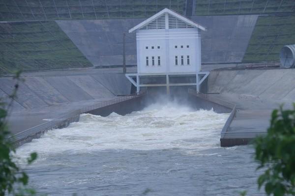 Mưa to, hồ thủy điện, chứa nước ở Hà Tĩnh đồng loạt xả lũ