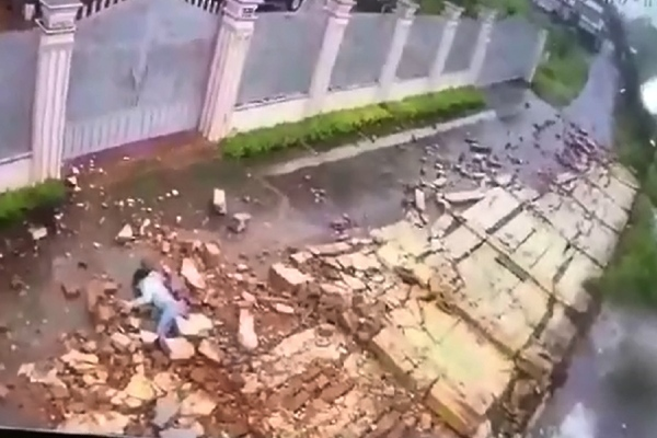 Clip bão xô đổ bức tường, đè thiếu nữ ở Gia Lai trọng thương