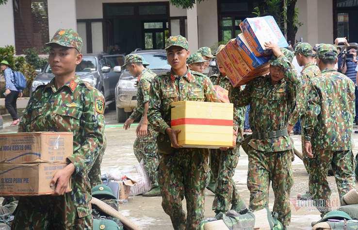 130 chiến sĩ hành quân vào 'điểm nóng' sạt lở ở xã Trà Leng