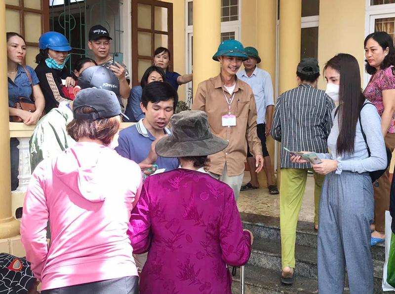 Thủy Tiên, Công Vinh trao tiền mặt cho người dân Lệ Thuỷ, Quảng Bình - VietNamNet