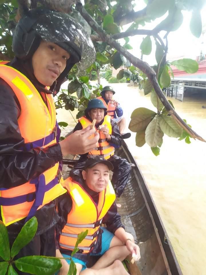 Vị chủ tịch xã ngâm mình trong nước lũ cứu hàng trăm người dân