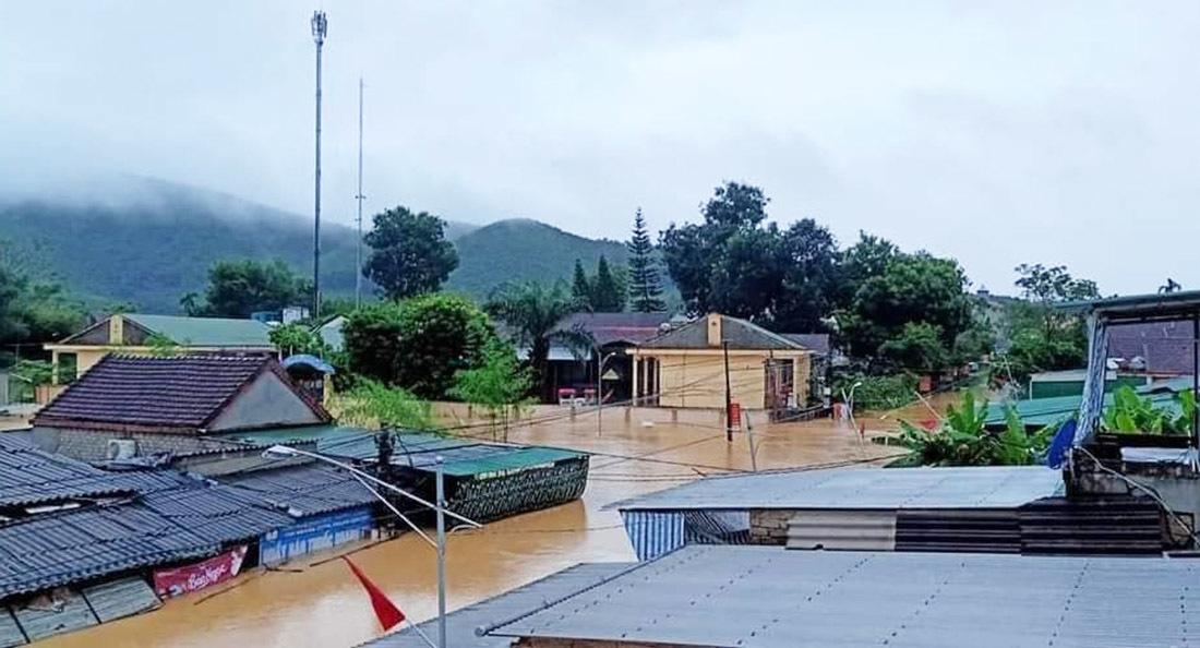 Mưa lớn, thuỷ điện xả lũ, nhiều ngôi nhà ở Nghệ An ngập trong biển nước