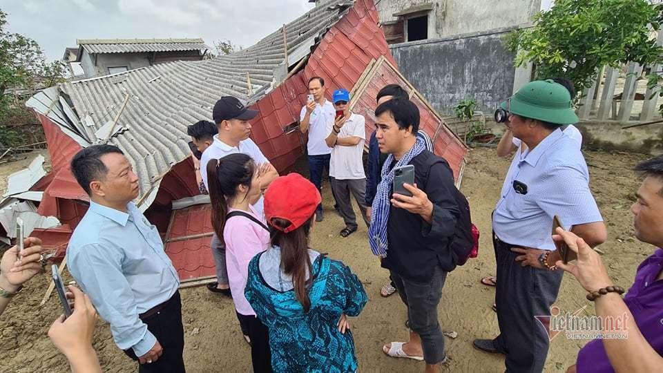 MC Quyền Linh mang 2,5 tỷ ra Huế, Quảng Trị cứu trợ trong đêm