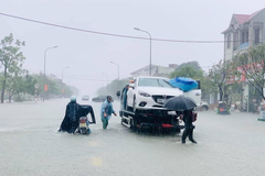 Mưa xối xả, nước lũ cuồn cuộn dâng cao ở Hà Tĩnh