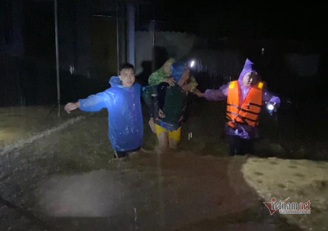 Nghệ An nước lũ dâng đến nóc nhà, 2 người bị cuốn trôi mất tích