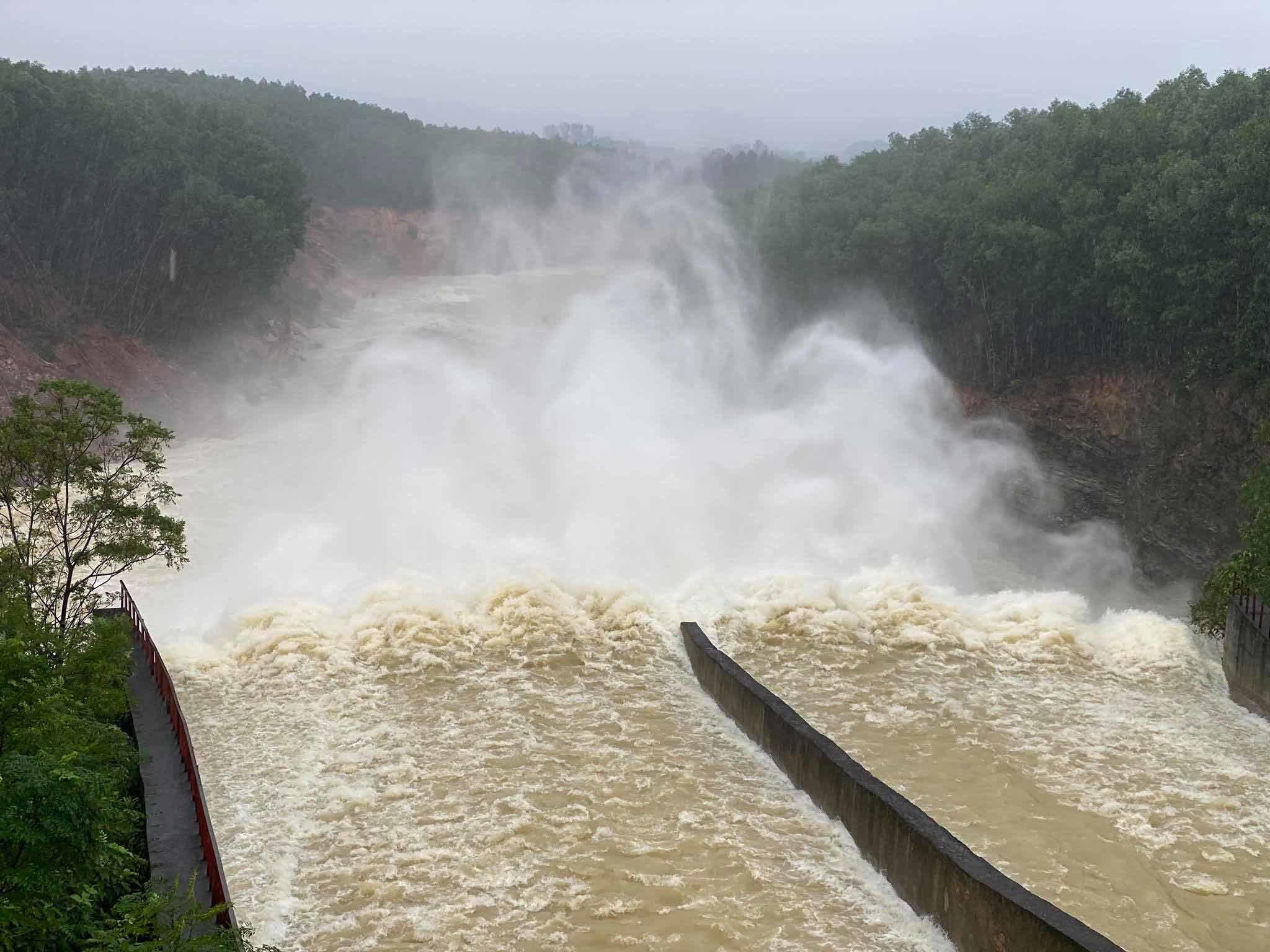 Lượng nước về hồ Kẻ Gỗ vượt ngưỡng, tăng mức xả lũ vào sáng mai