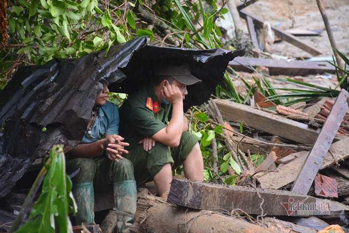 500 cán bộ, chiến sĩ cùng chó nghiệp vụ dầm mưa tìm người mất tích ở Trà Leng