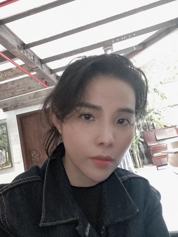 Việt Anh ngồi cạnh Quỳnh Nga nhưng siết chặt tay Lã Thanh Huyền