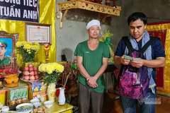 MC Quyền Linh đội mưa đến Quảng Trị ủng hộ các gia đình sau lũ