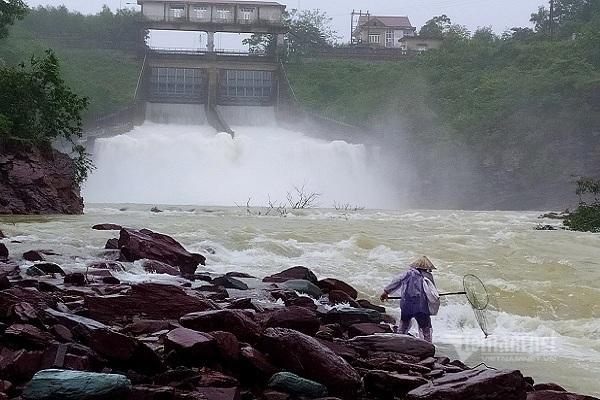 Nhiều người vợt cá bên dòng lũ chảy xiết dưới chân hồ Kẻ Gỗ