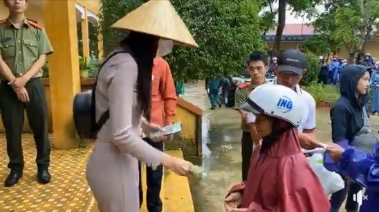 Thủy Tiên tạm dừng phát tiền ủng hộ tại Hải Lăng, Quảng Trị