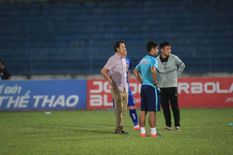 Cầu thủ Quảng Nam ôm mặt khóc khi nhận vé xuống hạng