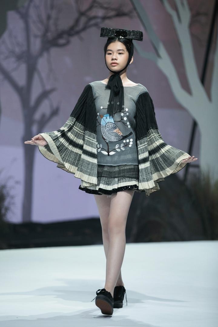 Mẫu nhí diện áo dài lấy cảm hứng từ chim thiên đường
