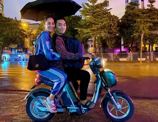 Vợ chồng Khánh Thi - Phan Hiển dạo phố bằng xe đạp điện
