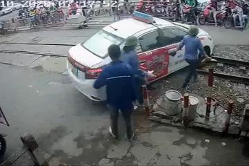 Giải cứu taxi mắc kẹt giữa đường ray vô cùng kịch tính