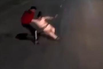 Người đàn ông kịp kéo cô gái muốn lao đầu vào xe container