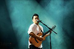 Nguyễn Đức Cường đứng chung sân khấu với Ngũ Cung hát Rock