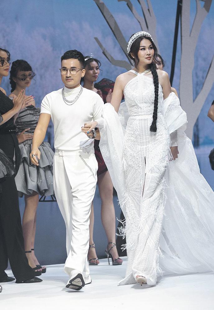 Thanh Hằng và mẫu khuyết tay Hà Phương trên sàn diễn thời trang