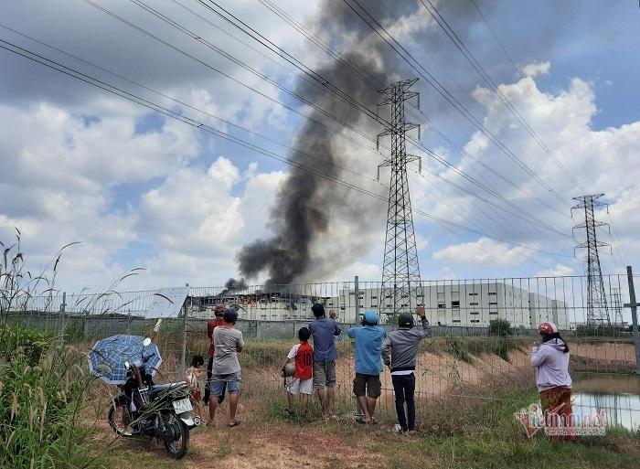 Khói đen nghi ngút, lửa bao trùm công ty sản xuất bàn ghế ở Bình Dương