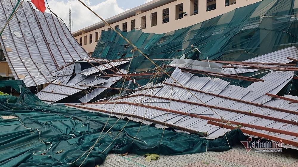 Dông lốc cuốn phăng mái tôn trường học ở Sài Gòn, gần 2.000 học sinh nghỉ học