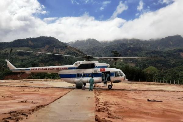 Trực thăng thả 2 tấn hàng cứu trợ cho 3.000 dân bị cô lập ở Quảng Nam