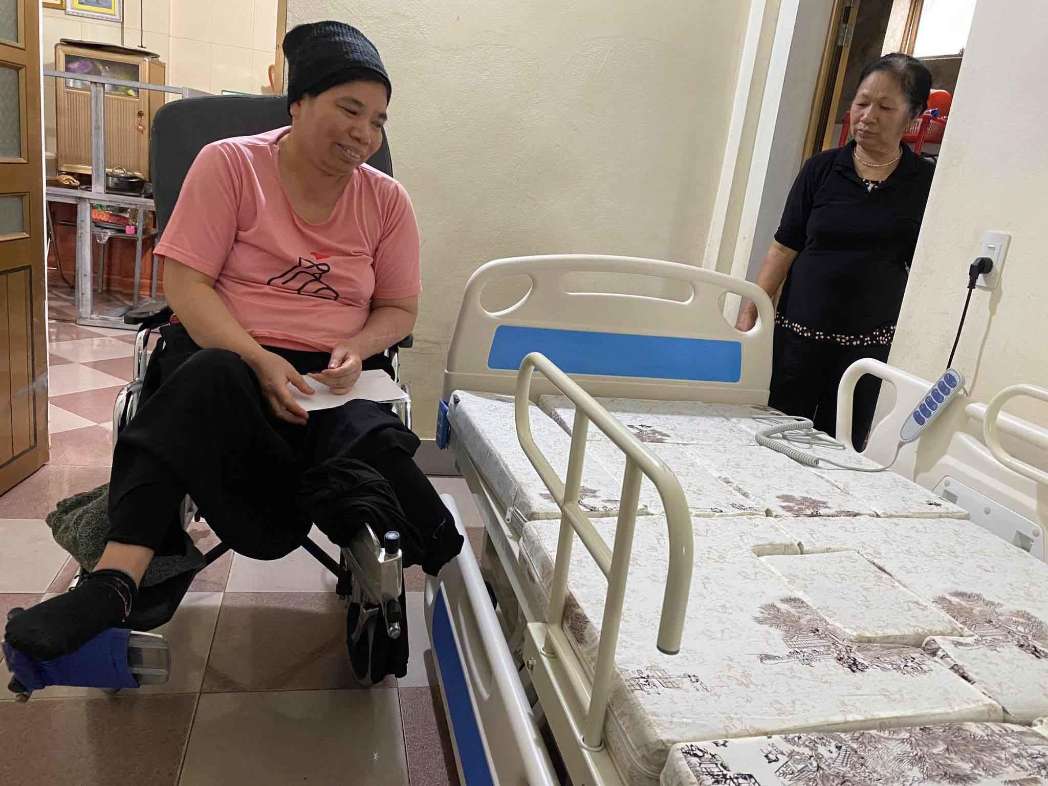 Cô giáo Hiền liệt nửa người được tặng chiếc giường y tế