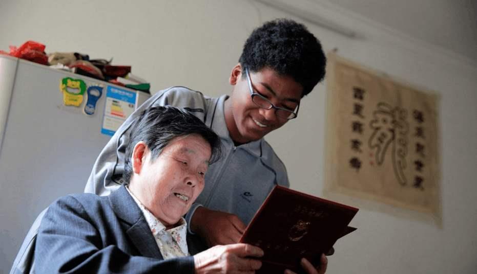 Cậu bé bị bỏ rơi 20 năm trước trả ơn cho người cưu mang mình