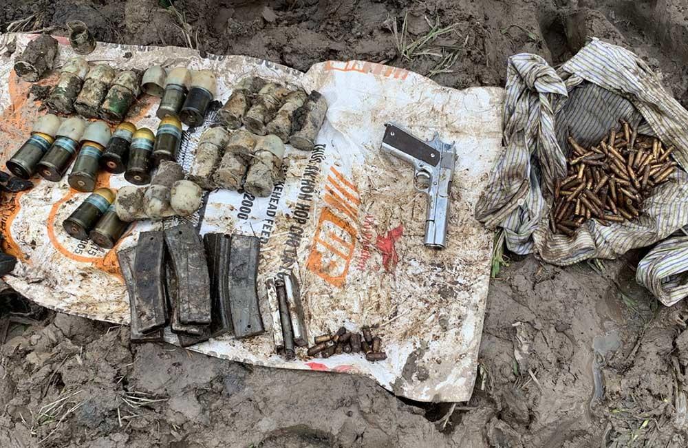 Người đàn ông xúc đất phát hiện nhiều súng, đạn ở An Giang